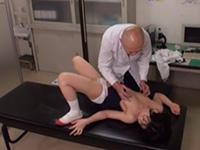 JK宮沢ちはるの可愛く敏感な成長期の乳首をこねくり回されるセクハラ健康診断!執拗な乳首診断で乳首でイカされトロトロオマンコハメられちゃう動画!