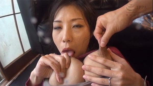 セルフ乳首舐めしながら乳首摘まれる