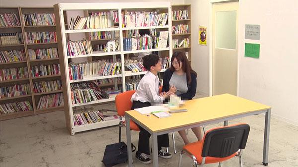 図書室で生徒に胸を鷲掴みされるみいな先生
