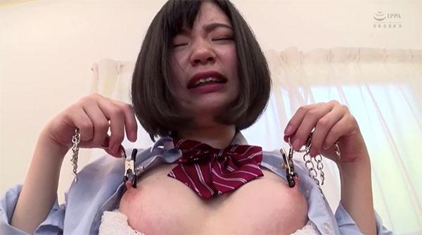 両方の乳首をニップルクリップで挟んで持ち上げる