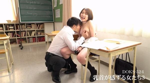 教室で先生に乳首を責められるJK