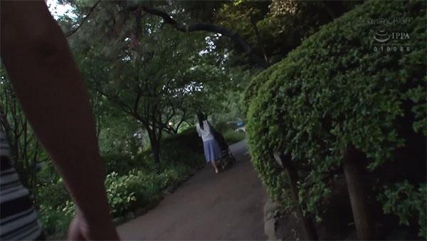 公園で狙われる羽月希
