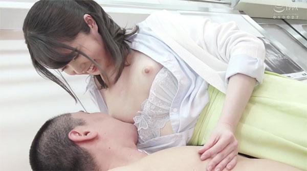 自分の乳首を舐めさせながら乳首イジり