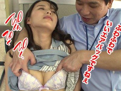 教習所でセクハラ教官に乳首セクハラされるパート妻!免許が取れるよう協力するからと言われ乳首をイジり舐められて・・・
