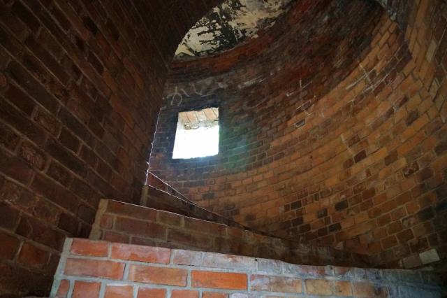 遙拝台 内部構造 小窓 螺旋階段