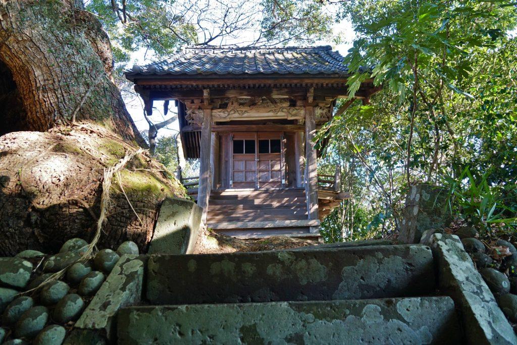 福岡県八女市黒木町湯辺田95 釜屋神社の楠 神殿 石階段