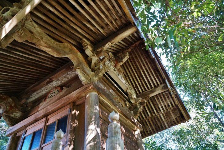 福岡県八女市黒木町湯辺田95 釜屋神社の楠 神殿の屋根 彫刻