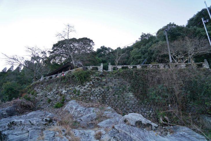 福岡県八女市黒木町田形354-1 釜屋神社 川からの写真 岩盤の上神社