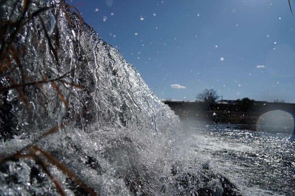 福岡県八女市津江 花宗堰 水しぶき 滝 水遊び