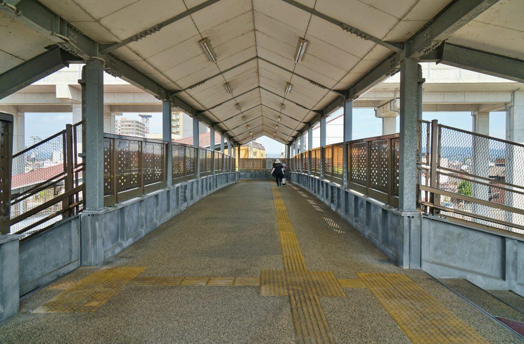福岡県筑後市山ノ井178-3 JR羽犬塚駅 跨線橋の通路