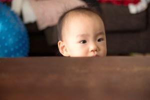 赤ちゃんテーブル越し