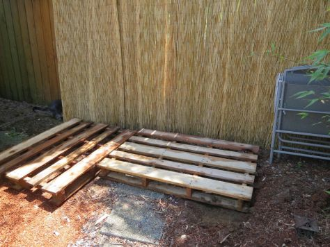 How-to-make-an-outdoor-pallet-sofa-sectional-(8)