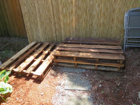 How-to-make-an-outdoor-pallet-sofa-sectional-(9)