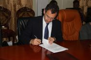 Toby Lanzer, Deputy Special Representative in South Sudan, signed on behalf of the United Nations ©OSRSG-CAAC