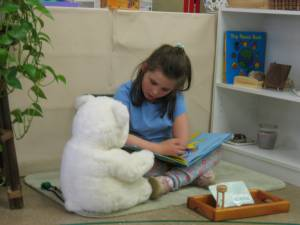 How do Montessori schools teach reading?