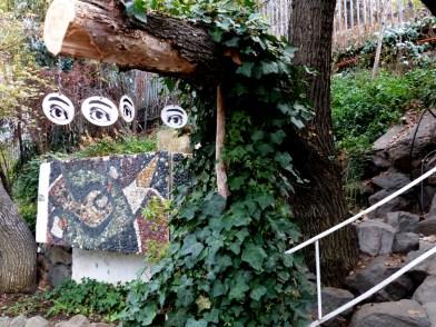 Los ojos también observan al visitante en el jardín.