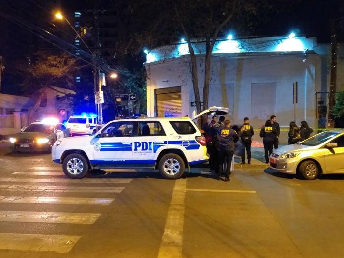 Mujer murió apuñalada mientras esperaba micro en Santiago centro