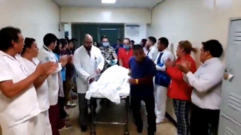 [VIDEO] Entre aplausos y como héroe despiden del hospital a menor fallecido que donó sus organos