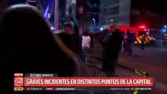 Periodista de TVN fue sacada del aire cuando despachaba protestas en Santiago: encaró a manifestante