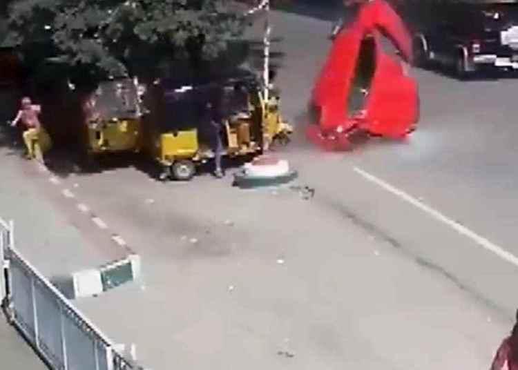 VIDEO: Momento en el que un coche fuera de control sale volando de un puente a una calle transitada