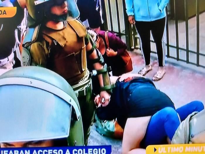 Apoderada se lanzó sobre su hija para evitar detención