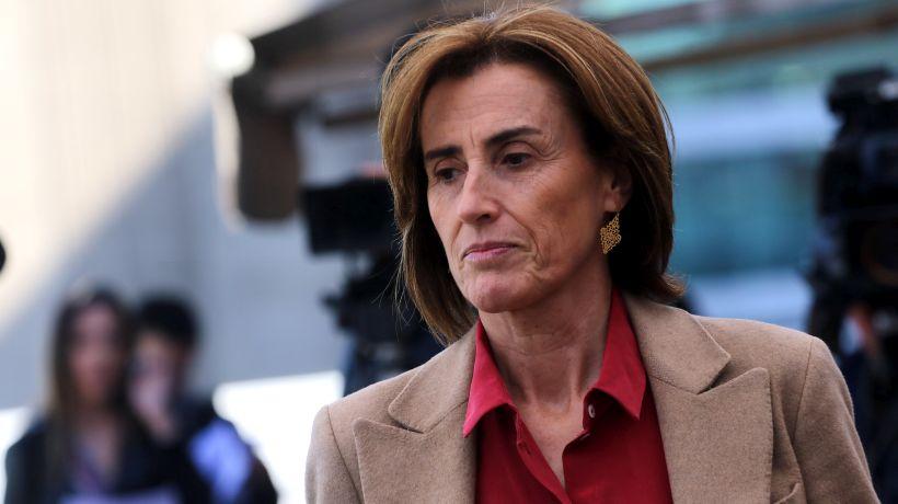 Ministra Cubillos presenta querella por afiche en que la amenazan con pistola