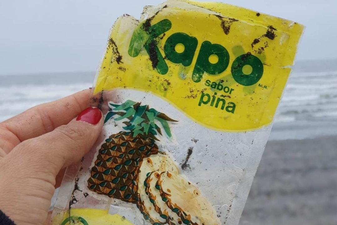Joven encontró en la playa envase de KAPO con más de 30 AÑOS generando POLÉMICA en redes sociales