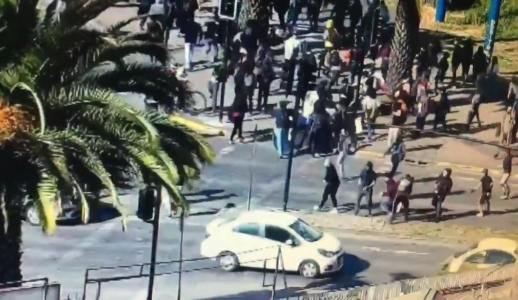 Desconocidos ROMPEN señaleticas y APEDREAN vehículos en PAICARRERA