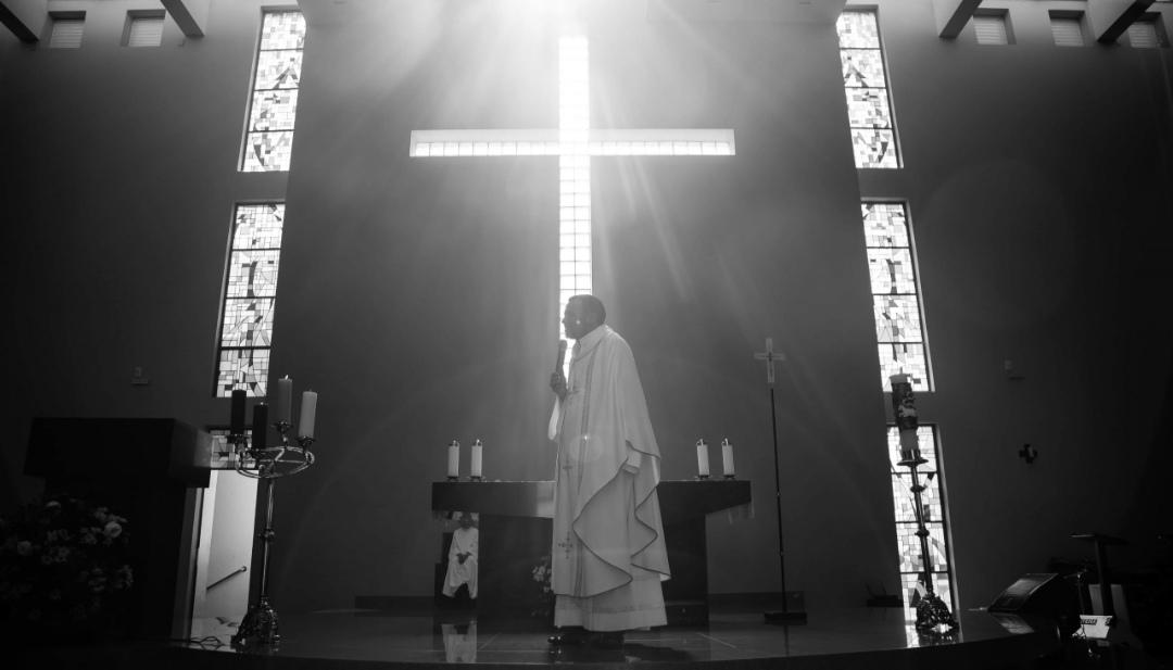 QUEMAN ALTAR de iglesia donde sacerdote tuvo relaciones sexuales con DOS MUJERES en EE.UU