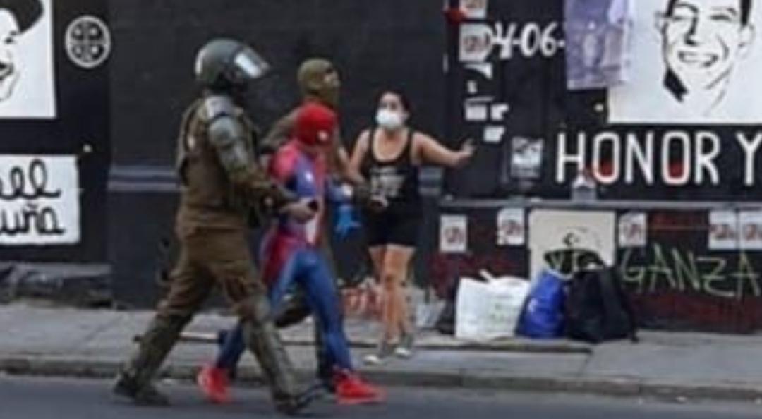 Carabineros DETIENE a bailarín SENSUAL SPIDERMAN tras manifestación PACIFICA