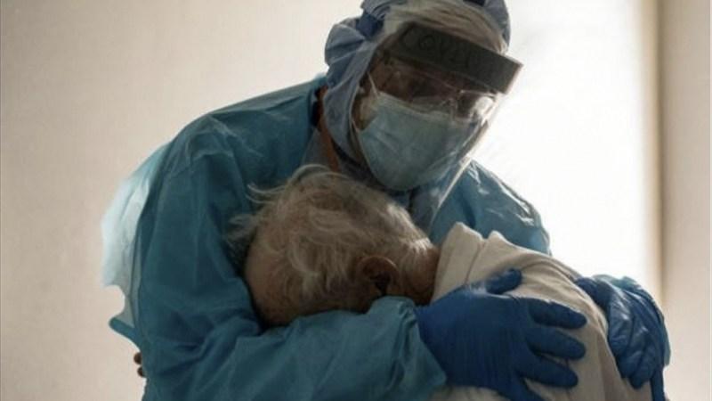 DESGARRADORA fotografía de un médico abrazando a un ANCIANO con COVID-19 se vuelve viral