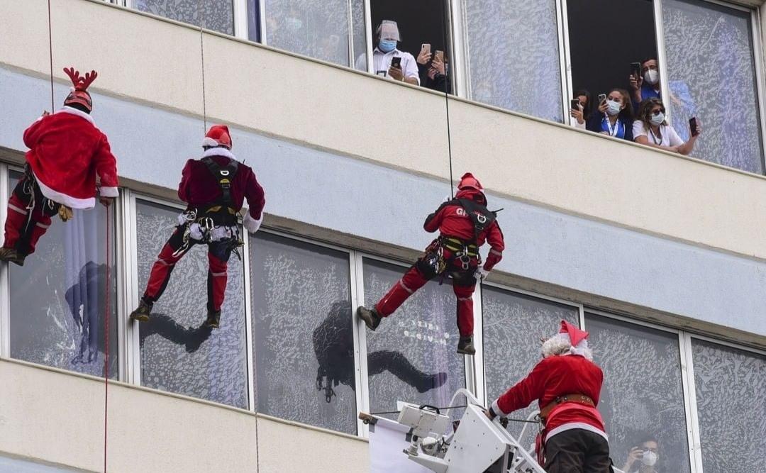 Bomberos SALUDAN a niños hospitalizados de Valparaíso COLGANDO de las paredes