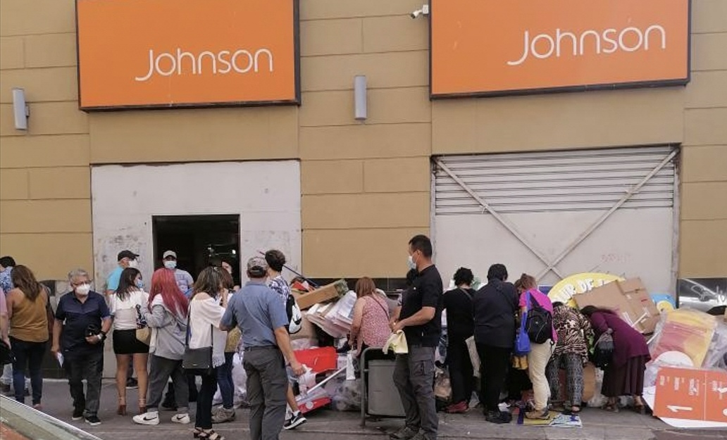 DECENAS de personas se reúnen en Johnson para buscar en la BASURA ropa desechada por la tienda