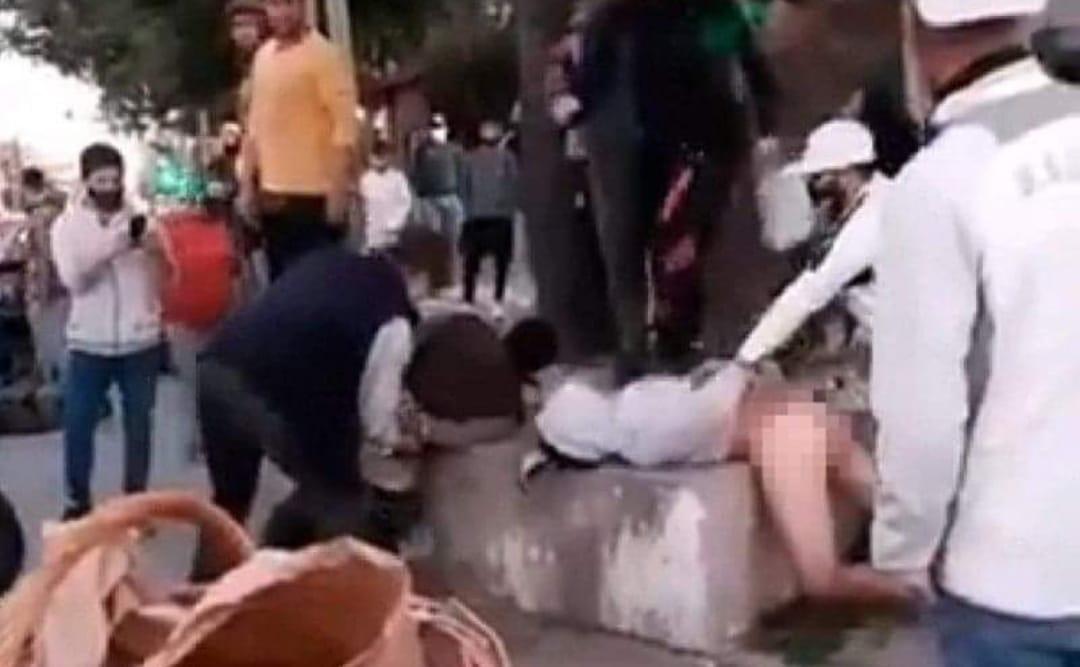VIDEO: Delincuentes que ASALTARON a embarazada terminaron DESNUDOS y LINCHADOS por vecinos
