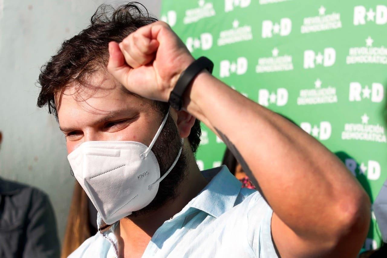Gabriel Boric CONSIGUE FIRMAS para candidatura presidencial a UN DÍA de fecha límite