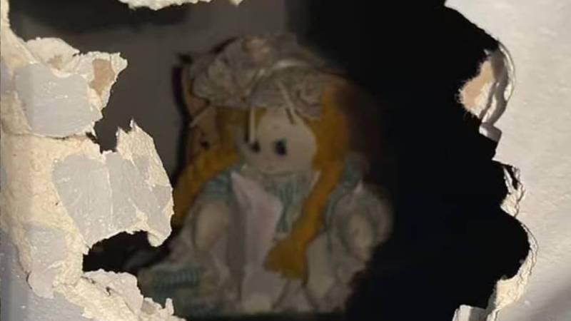 «¡Gracias por liberarme!»: profesor compró una casa y halló muñeca con escalofriante carta