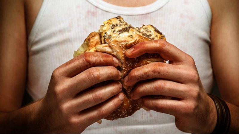 IMPACTO! Mujer encuentra dedo humano en su HAMBURGUESA. FUERTES IMÁGENES