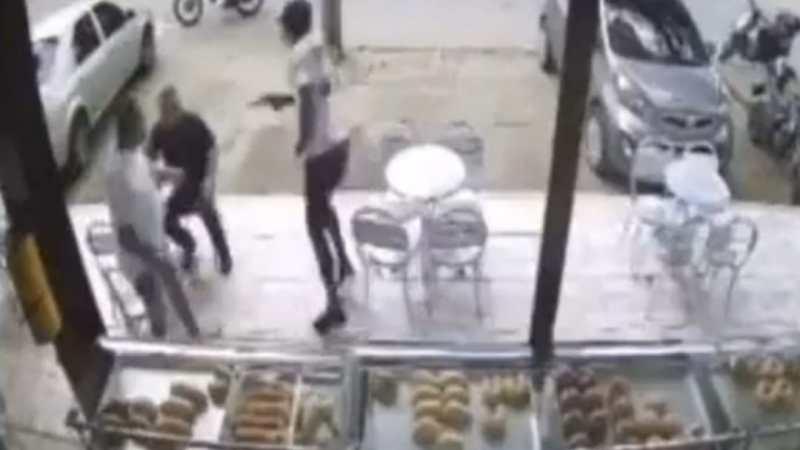 VIDEO: Hombre se DEJA asaltar para luego MATAR a delincuentes a DISPAROS mientras ESCAPABAN