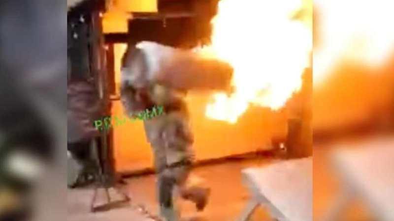 VIDEO: Bombero saca al hombro galón de gas en LLAMAS para evitar que EXPLOTE al interior de restaurante
