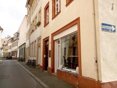 Blick von außen auf das Café und die Ingrimstraße