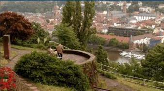 Zwei Personen unterhalten sich mit Blick auf die Heidelberger Altstadt.