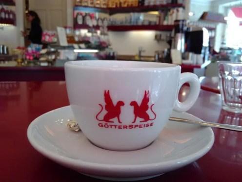 Blick auf eine Tasse mit dem Logo des Cafés.