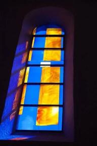 Farbiges Glasfenster in Blau-Orangetönen
