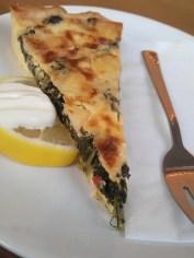 Foto einer Gemüseqiche auf einem Teller garniert mit einem Löffel Schmand und einem Stück Zitrone