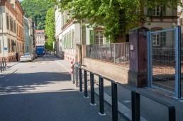 Foto der Theaterstraße. Im Hintergrund ist ein LKW. Rechts und links sind Absperrungen zur Sicherheit.