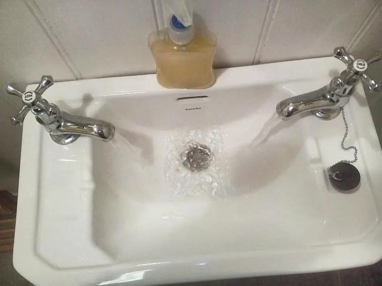 Waschbecken mit getrennten Wasserhähnen für Kalt- und Warmwasser