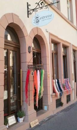 Eingang des Zeitreise-Ladens, geschmückt mit farbigen Seidentüchern
