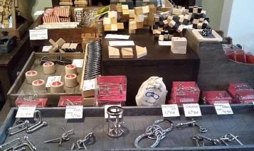 auswahl verpackter und ausgepackter Schnobelspiele aus Metall und Holz