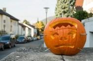 Halloweenkürbis mit Schrauben im Kopf.