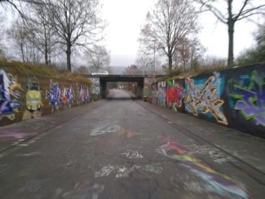 Eine Unterführung. Rechts und Links sind legale Grafittis gesprüht.